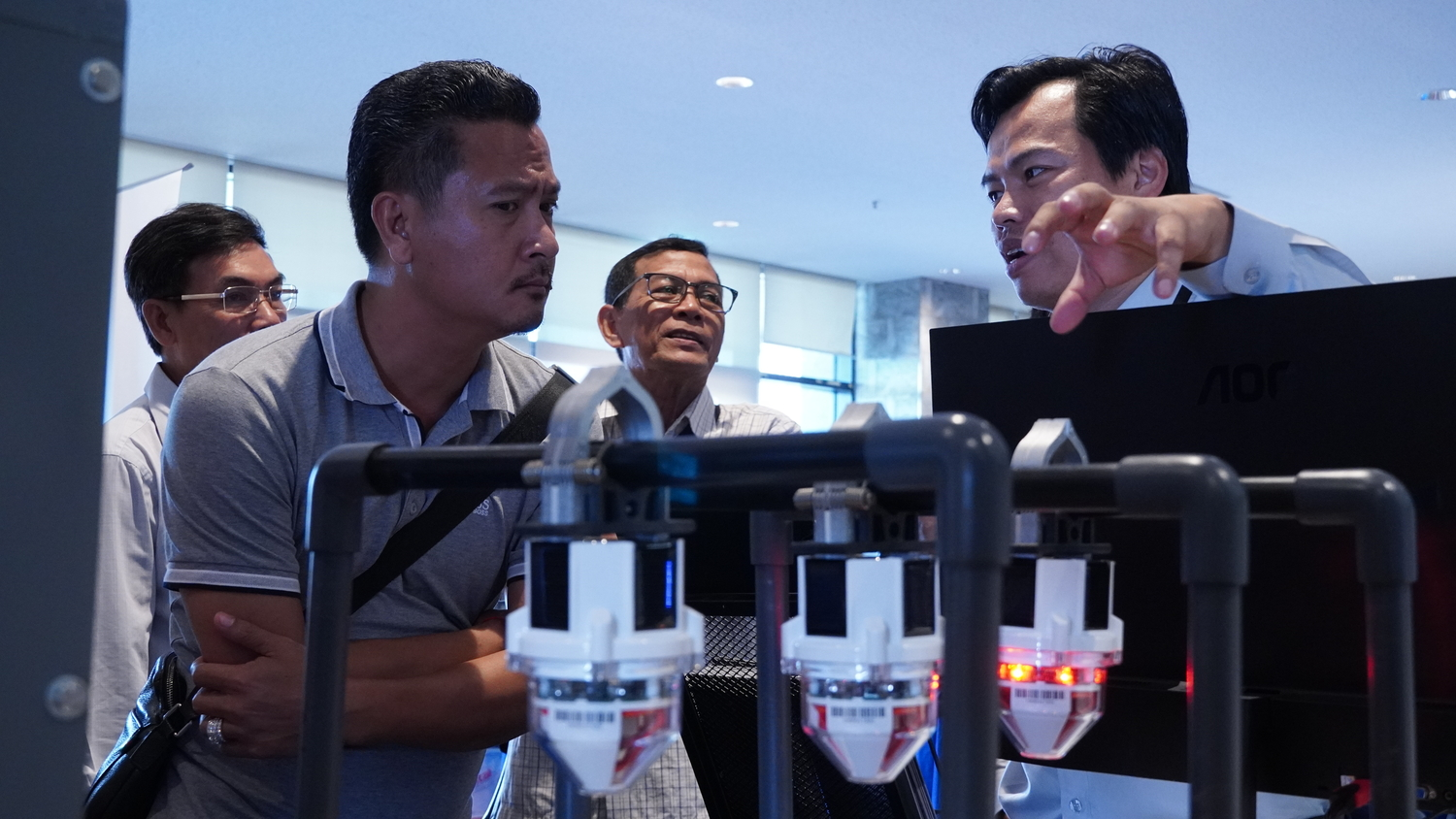 Sales manager informing booth visitor about DRC010 solution